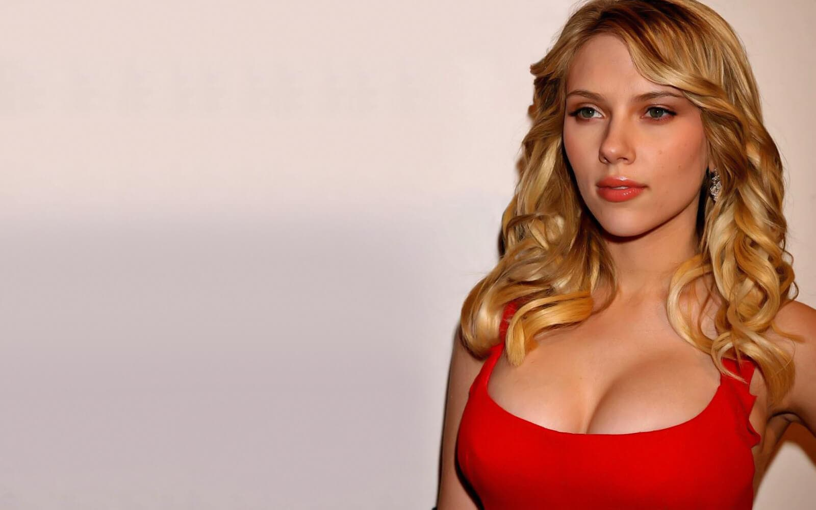scarlett-johansson-hot-with-red-dress